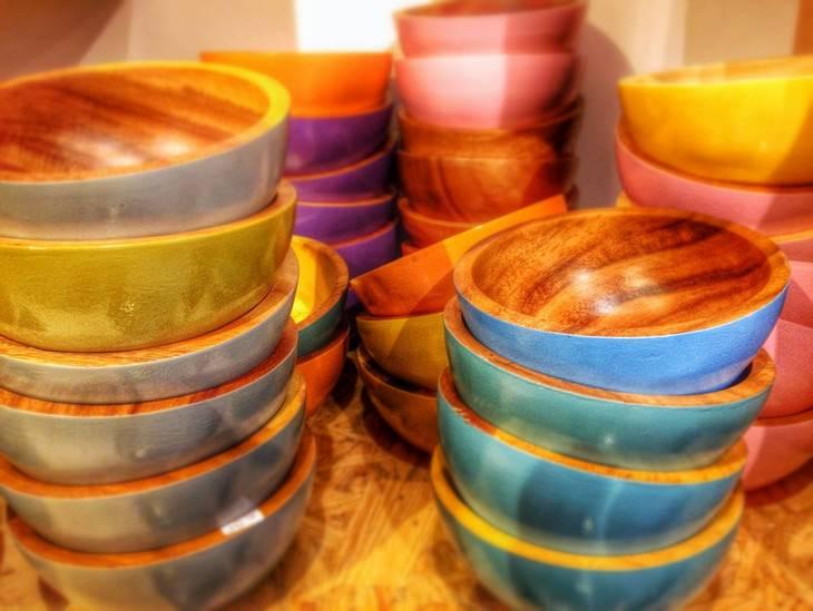 שימושים למקפיא שלא קשורים לאוכל: ערמות של קערות אוכל מעץ