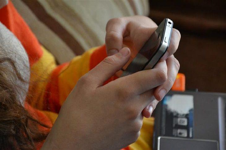 כפתור נגישות לטלפון הנייד: אדם אוחז בטלפון הנייד שלו