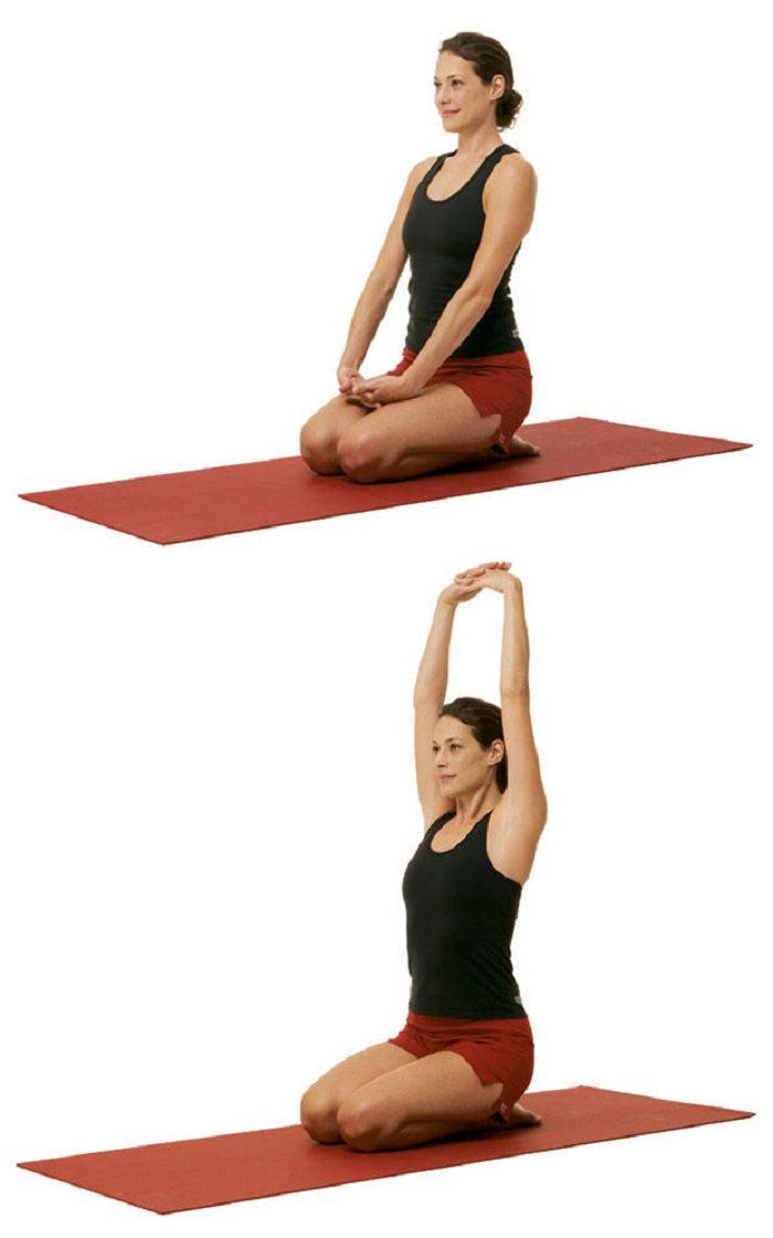 תרגילי יוגה להעלאת אנרגיה: תנוחת הרמת ידיים משולבות אצבעות, מעל הראש