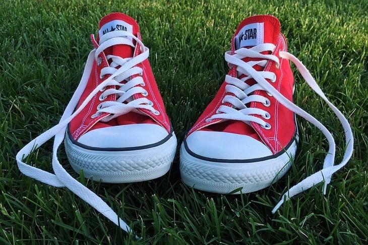 שימושים למקפיא שלא קשורים לאוכל: נעלי ספורט מונחות על דשא