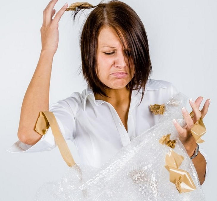 הרגלים גרועים של הורים שצריך לשבור: אישה עם סרט דביק על ידיה ובשערה