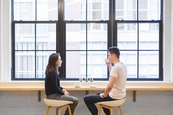 גבר ואישה שותים כוס קפה ומדברים