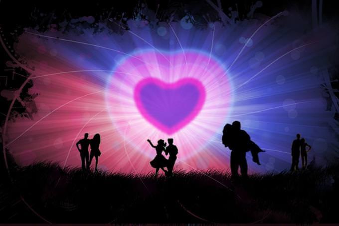 צלליות של זוגות מול לב גדול