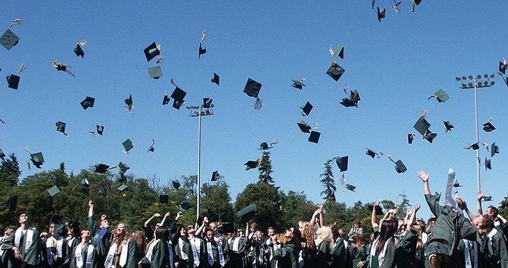 """שיטות חינוך בארה""""ב: טקס סיום לימודים שבו התלמידים משליכים כובעים לאוויר"""