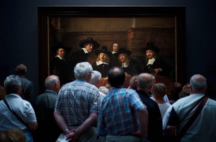 תמונות מתחרות צילומי טבע: גברים עומדים מול ציור של גברים שמביטים החוצה