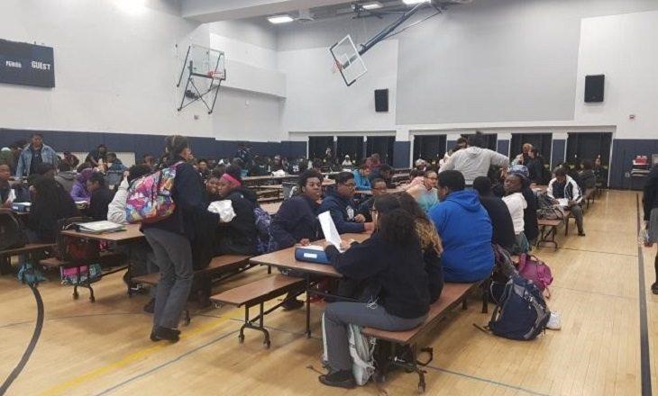 """שיטות חינוך בארה""""ב: אולם בית ספר מלא בתלמידים"""