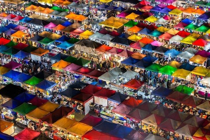 תמונות מתחרות צילומי טבע: כיסויים צבעוניים של דוכני שוק בתאילנד