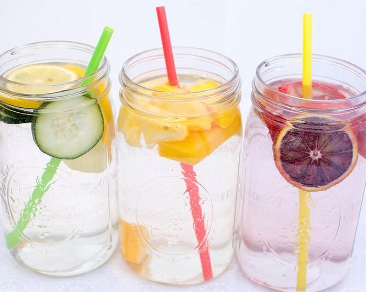 מים בטעמים: צנצנות מלאות במים בטעמים עם פרוסות של פירות