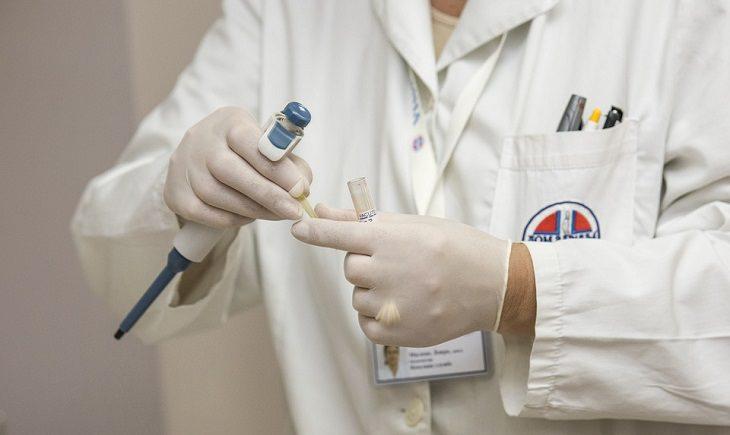 מידע על בדיקת מי שפיר - רופאה עם מזרק וכפפות