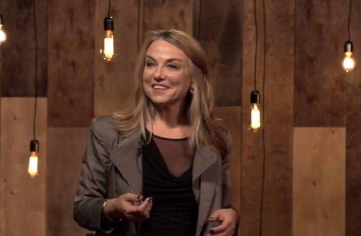 סודות לזוגיות מאושרת: תמונה של המטפלת הזוגית אסתר פרל עם קישור לסרטון ההרצאה שלה