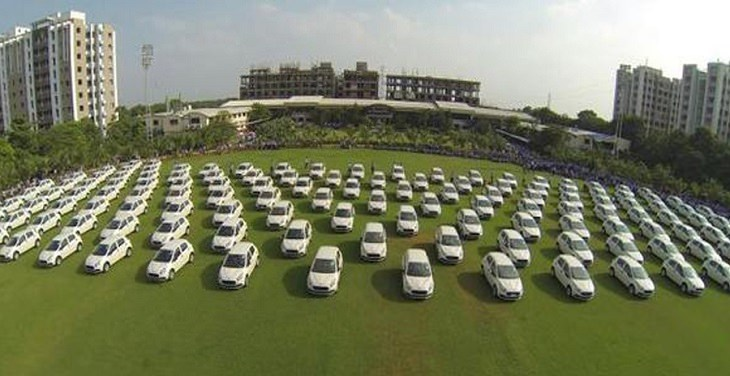 מקומות עבודה מפנקים: צי מכוניות על חלקת דשא