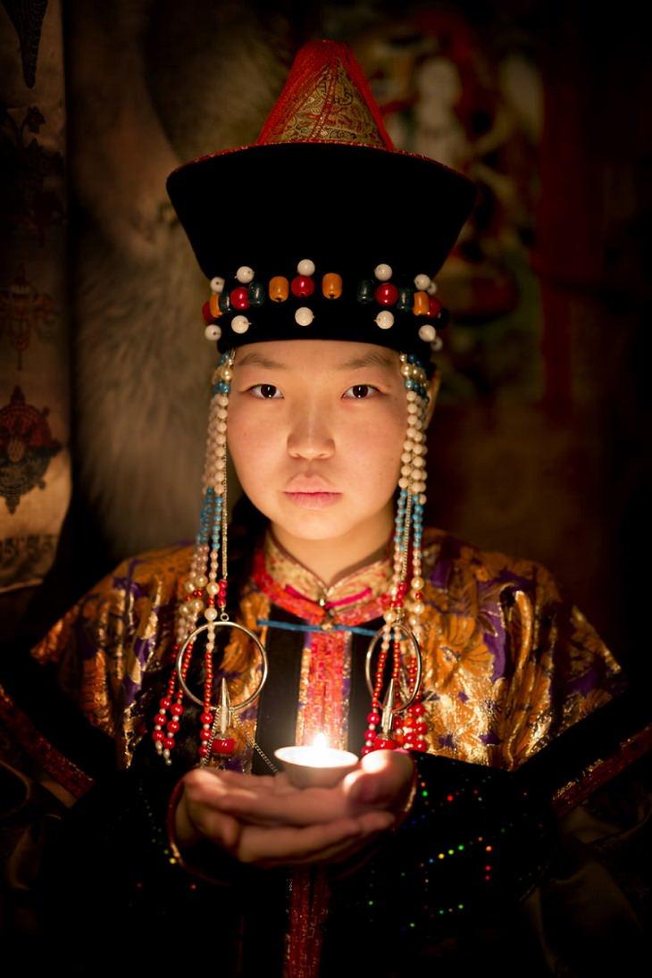 תרבויות מיוחדות בסיביר: אישה בויראטית, לבושה בתלבושת מסורתית ואוחזת בנר