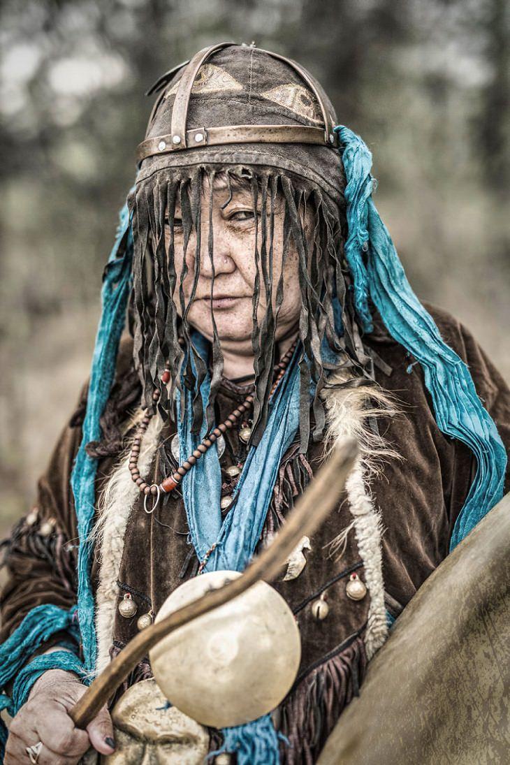 תרבויות מיוחדות בסיביר: אישה בויראטית בתלבושת מסורתית
