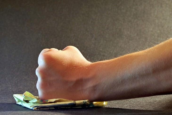 איך לפתור ריבים? אגרוף מועך פיסת נייר