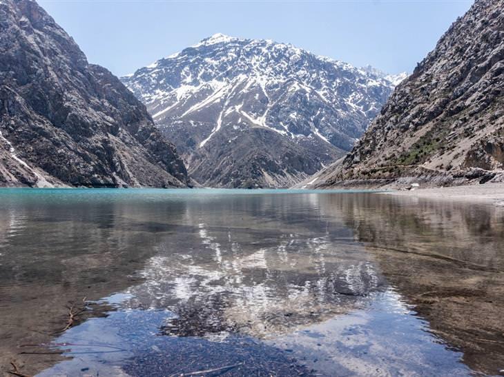 מסע בתמונות בדרך המשי: השתקפות של הר באגם בטג'יקיסטן
