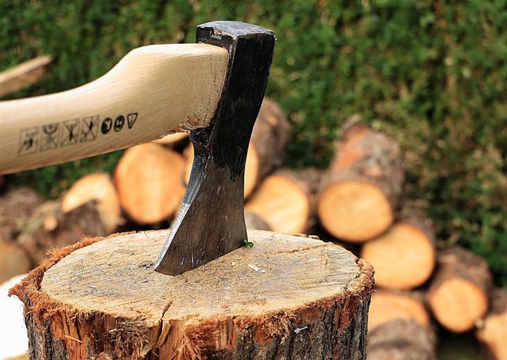 """בדיחה """"ידיים קפואות"""": גרזן תקוע בבול עץ"""