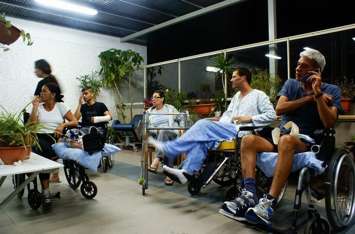 טיפוסים ואמירות שכולנו מכירים: מטופלים יושבים במרפסת בית חולים