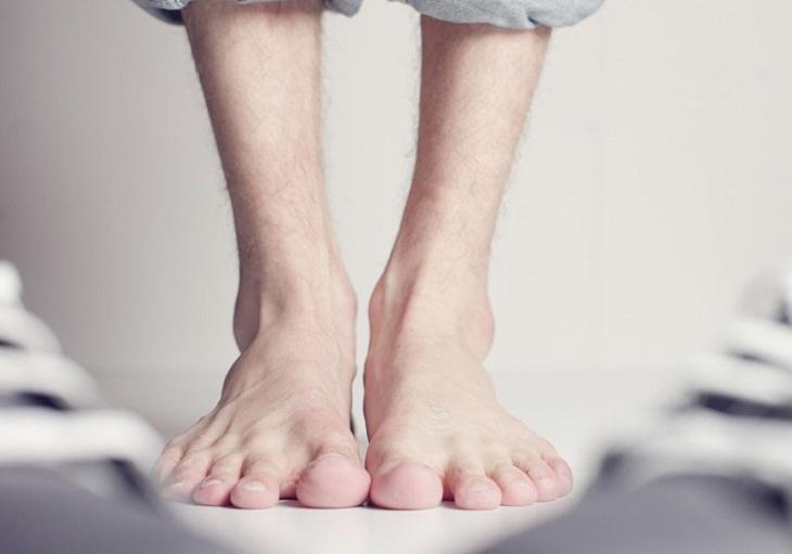 סיבות וטיפולים לריח רע ברגליים: צילום תקריב של כפות רגליים