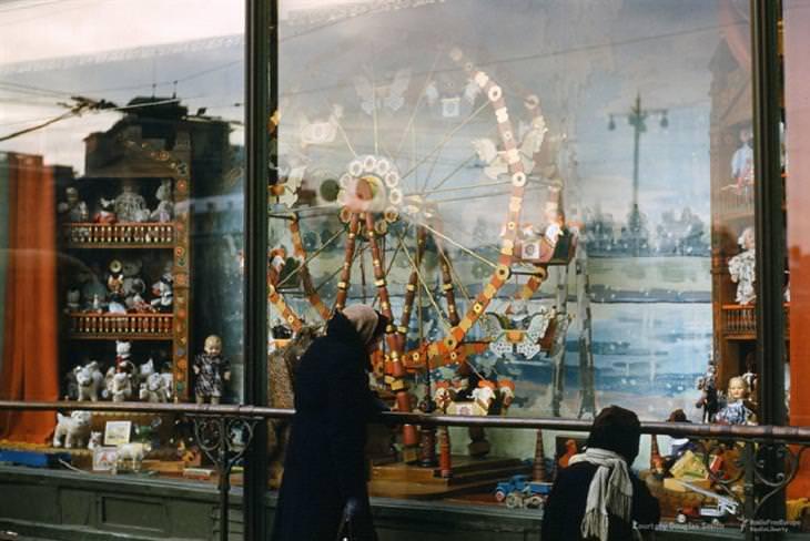 תמונות מרוסיה הסובייטית: חלון ראווה של חנות במוסקבה