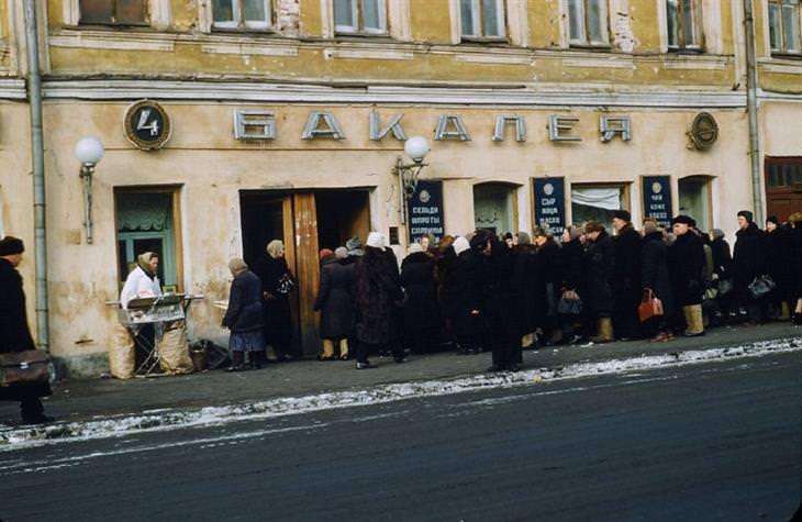 תמונות מרוסיה הסובייטית: תור לחנות לממכר מזון במוסקבה