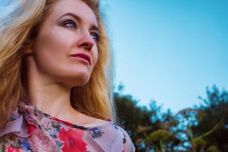 סימנים שאתם בדרך הנכונה: אישה מביטה אל האופק