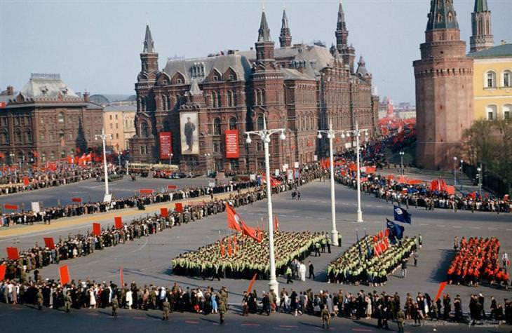 תמונות מרוסיה הסובייטית: צעדה במוסקבה