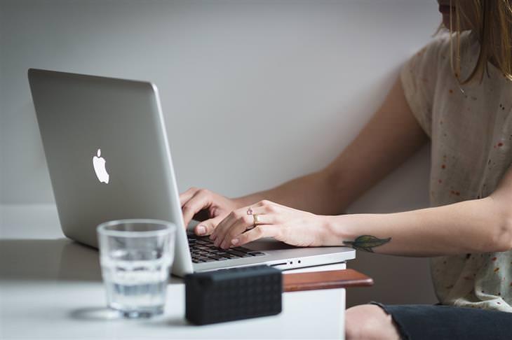 אנשים שבקבוצת סיכון לסבול מחוסר ויטמין D: אישה מקלידה במחשב נייד