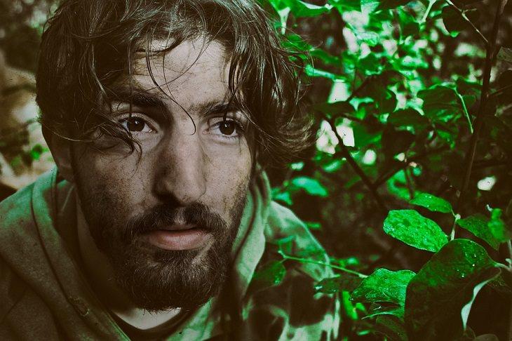 סימנים שאתם בדרך הנכונה: גבר עם פנים מפוחדות באזור מיוער