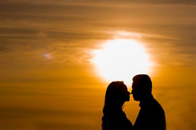 צללית של זוג מול השקיעה