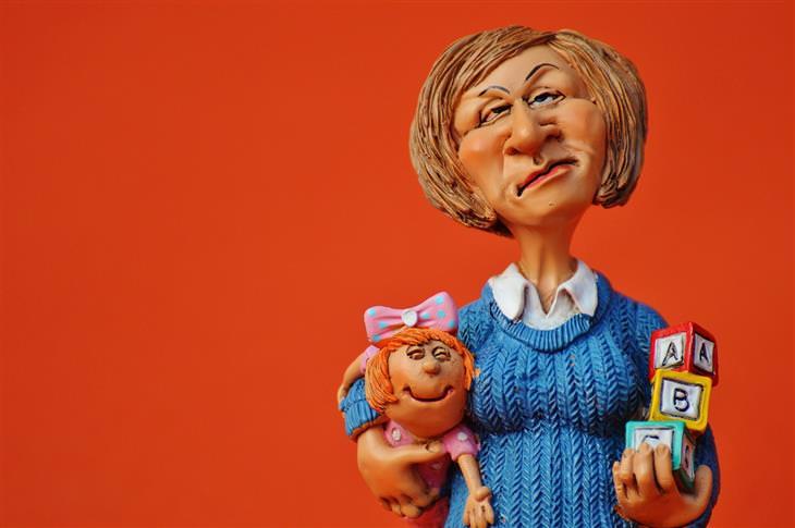 מדריך להתמודדות עם פחדים נפוצים של ילדים בכל גיל: פסלון של אישה שנראית כעוסה ואוחזת ביד אחת ילדה קטנה וביד שניה קוביות משחק
