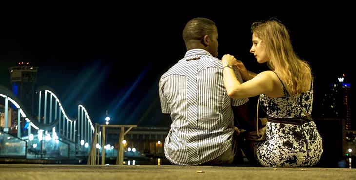 למה לגברים קשה להקשיב לנשים: אישה יושבת לצד גבר ושמה את ידה על כתפו