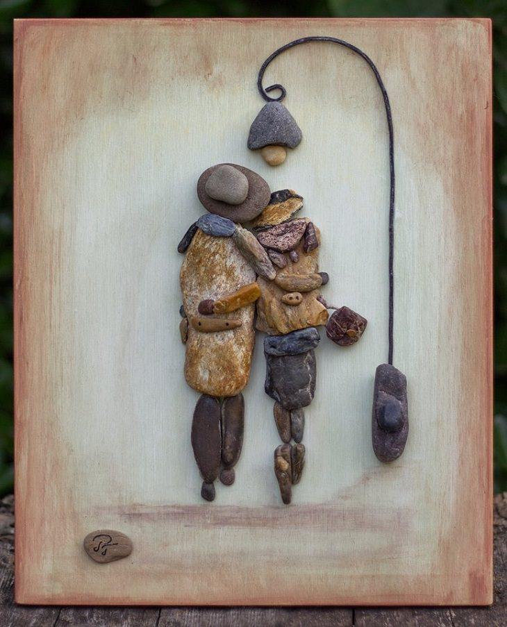 יצירות אומנות מאבנים: מזוג עומד תחת תאורת רחוב