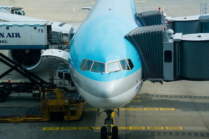 אסור לעשות בטיסה: מטוס על הקרקע מחובר לשרוול כניסת נוסעים