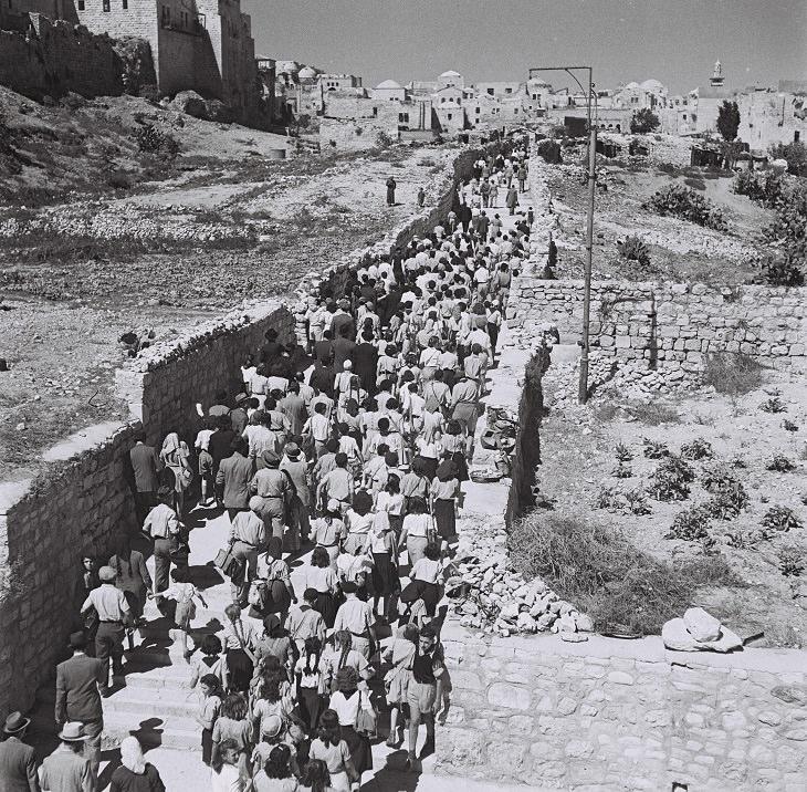 תמונות נוסטלגיות של חגי תשרי: קהל גדול מתהלך מהר ציון לכיוון הכותל המערבי