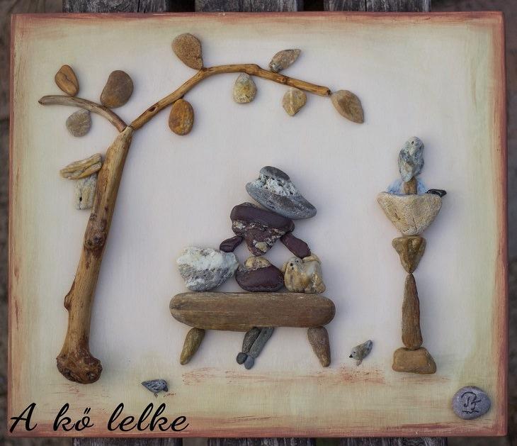 יצירות אומנות מאבנים: אישה יושבת על כיסא תחת עץ