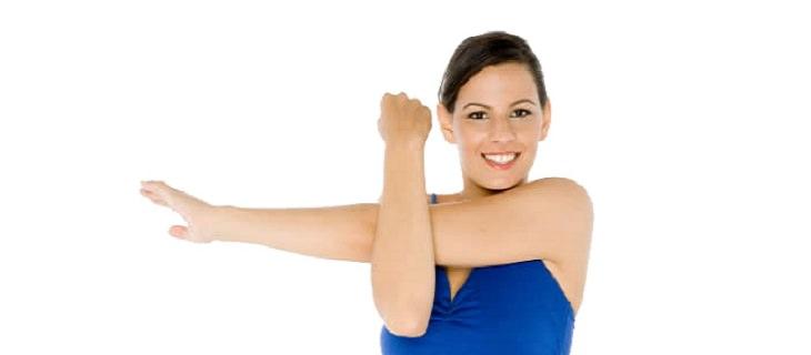נזק מתנוחת שינה: אישה מבצעת מתיחת כתף בעמידה