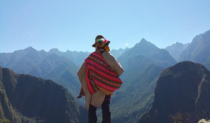 לאהוב את עצמנו: איש בלבוש פרואני מסורתי מביט על ההרים