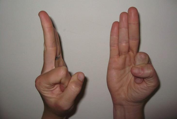 מהן מודרות וכיצד לבצע אותן: וואיו מודרה - האגודל מחבקת את האצבע המורה בעוד ששאר האצבעות נשארות ישרות.