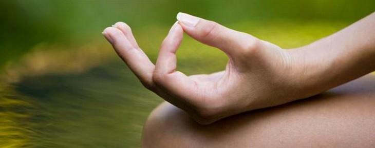 מהן מודרות וכיצד לבצע אותן: ידיים מונחות על ברכיים