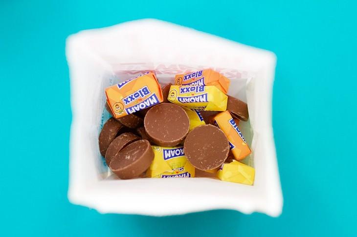 טעויות שהורים עושים בטיולים עם ילדים: שקית עם חטיפי שוקולד