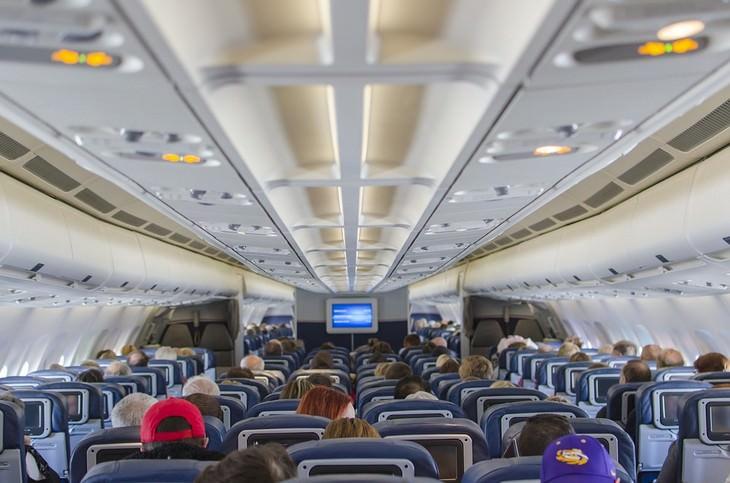 טעויות שהורים עושים בטיולים עם ילדים: תא נוסעים עם נוסעים במטוס