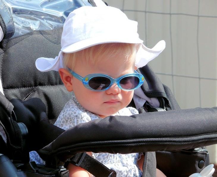 טעויות שהורים עושים בטיולים עם ילדים: תינוקת בעגלה עם משקפי שמש