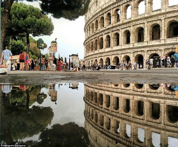 נוף עירוני משתקף בשלוליות: הקולוסאום משתקף בשלולית ברומא, איטליה