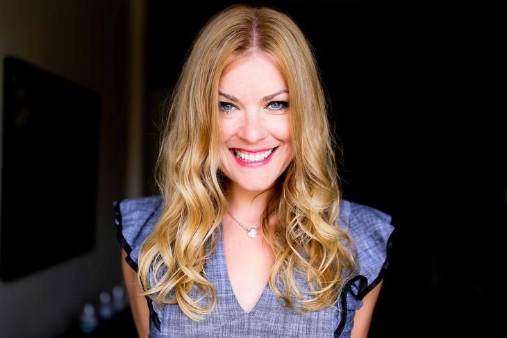 תרגילים למתיחת פנים והחלקת קמטים: אישה מחייכת למצלמה