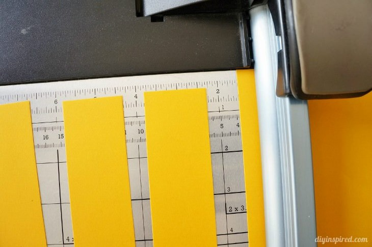 יצירות תלת ממדיות שאפשר להכין בבית: רצועות נייר על משטח מדידה