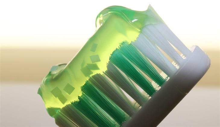 מיתוסים שמאמינים בהם בגלל פרסומות: מברשת שיניים עם משחת שיניים על סיביה