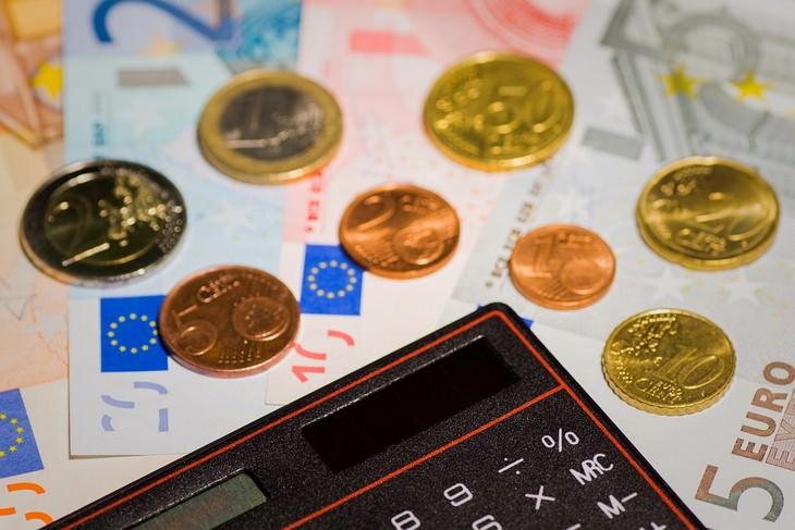 דברים שהורים צריכים לעשות מול הילדים שלהם: מחשבון מונח ליד מטבעות ושטרות