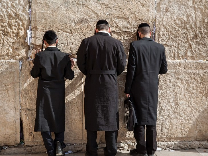 בדיחה על אבות יהודים שהבנים שלהם התנצרו: שלושה גברים מתפללים מול הכותל
