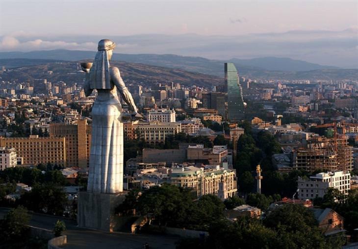 """תמונות אוויריות של גאורגיה: פסל ה""""כרתווליס דדה"""" (אמם של הגאורגים) עומדת איתן מעל עיר הבירה של גאורגיה - טביליסי"""