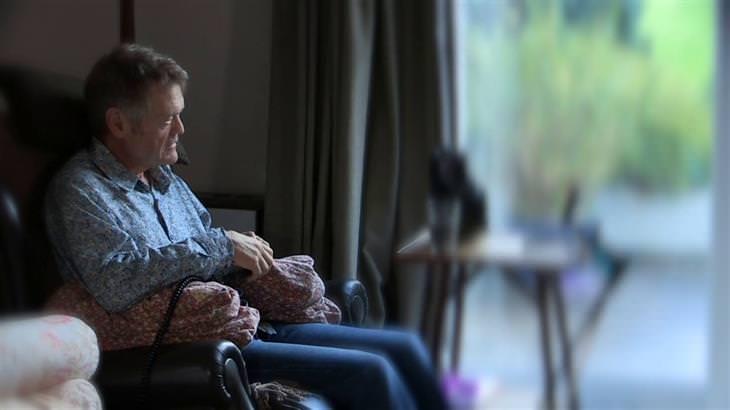 מידע על מחלת הפרקינסון ודרכי מניעתה: חולה פרקינסון יושב בביתו